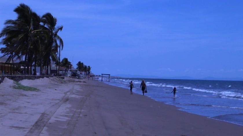 Muy pocas personas en la playa de Huatabampito, principalmente residentes.(Jesús Palomares)