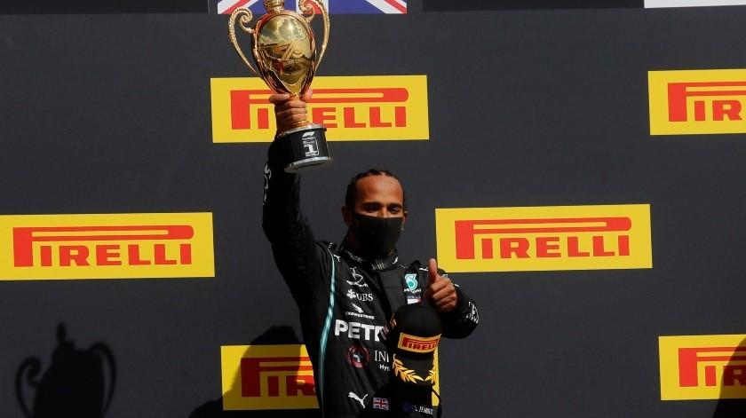 Hamilton gana, con un neumático pinchado, por séptima vez en Silverstone.(EFE)