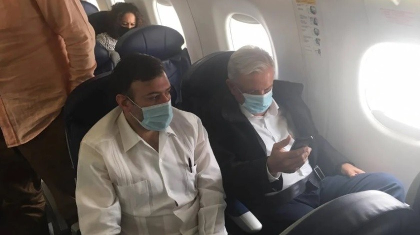 Captan a AMLO con cubrebocas durante vuelo comercial a Guadalajara(Especial)