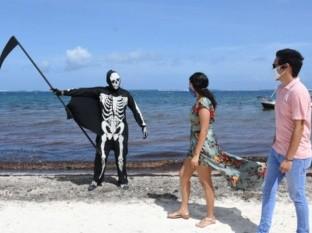 """La presencia de """"La Muerte"""" en varias zonas de Puerto Morelos logró que algunas personas ajustaran su cubrebocas y lo portaran correctamente."""