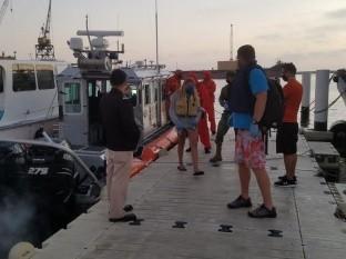 Rescatan a tres personas a bordo de una embarcación