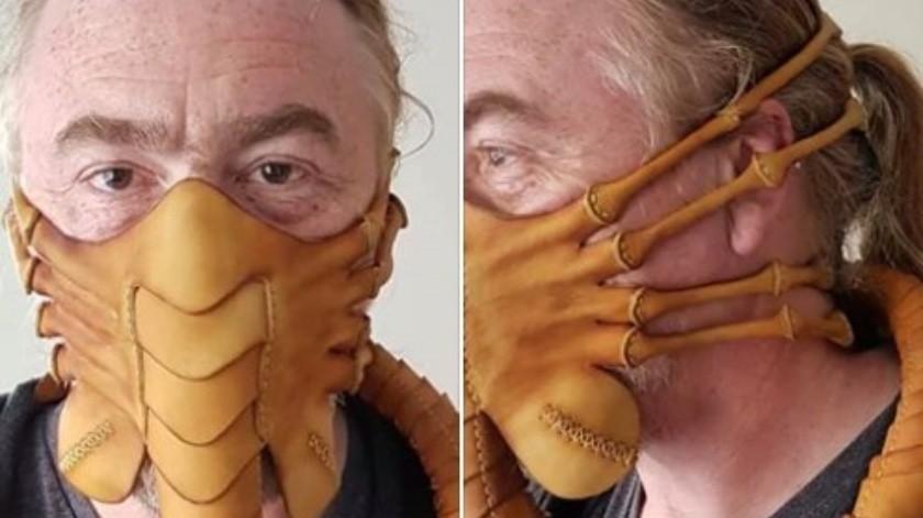 Crean cubrebocas inspirado en la película Alien