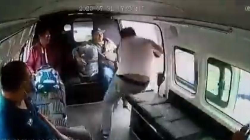 VIDEO: Componen cumbia a ladrón que intentó asaltar combi en Edomex(Captura de pantalla)