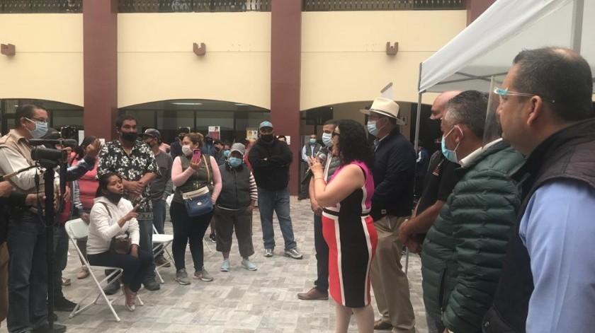 Los vendedores se manifestaron en el Palacio Municipal de Rosarito.(Carmen Gutiérez)