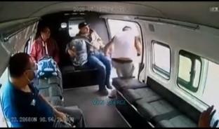 El ladrón subió como un pasajero más y al descender quiso despojar a otro, pero seis hombres que iban en el autotransporte se abalanzaron contra el delincuente y lo sometieron.