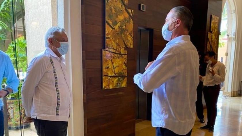 Quirino Díaz recibe a AMLO con cubrebocas en hotel de Sinaloa(Twitter)
