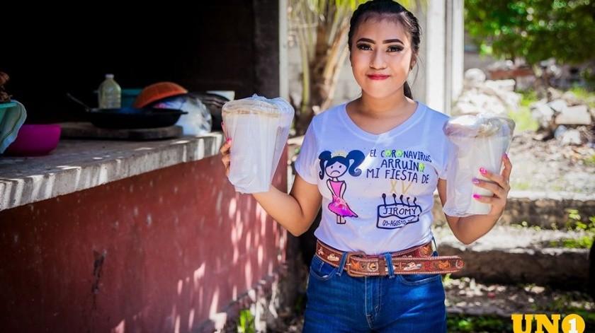 La joven no pudo celebrar sus XV años debido a la pandemia por lo que en su lugar decidió regalar comida a las familias de la comisaría meridana de Caucel.