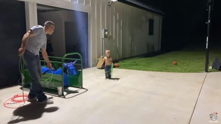 Un padre enseña a su hijo a ser un vaquero de verdad