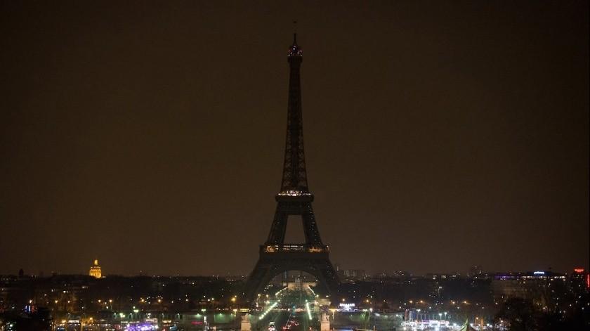 Torre Eiffel apaga sus luces en solidaridad con las víctimas de Beirut(Twitter @Anne_Hidalgo)