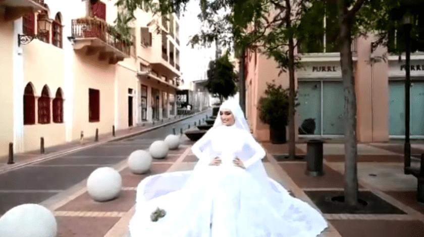 El camarógrafo Mahmoud Nakib estaba en unaplaza filmandoimágenes con drones de la novia que estaba ataviada con un elaborado vestido de encaje blanco con su ramo descansando cuidadosamente a sus pies.(Mahmoud Nakib)