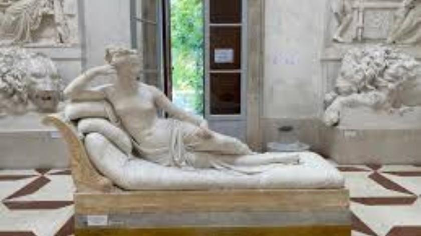 Posa para una foto y rompe un pie de una escultura del siglo XIX(Tomada de la red)