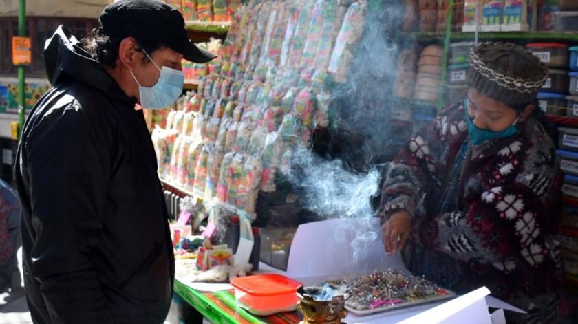 """Una """"chiflera"""" o vendedora prepara una ofrenda para la Madre Tierra en el """"Mercado de las Brujas"""", en La Paz, Bolivia.(EFE)"""