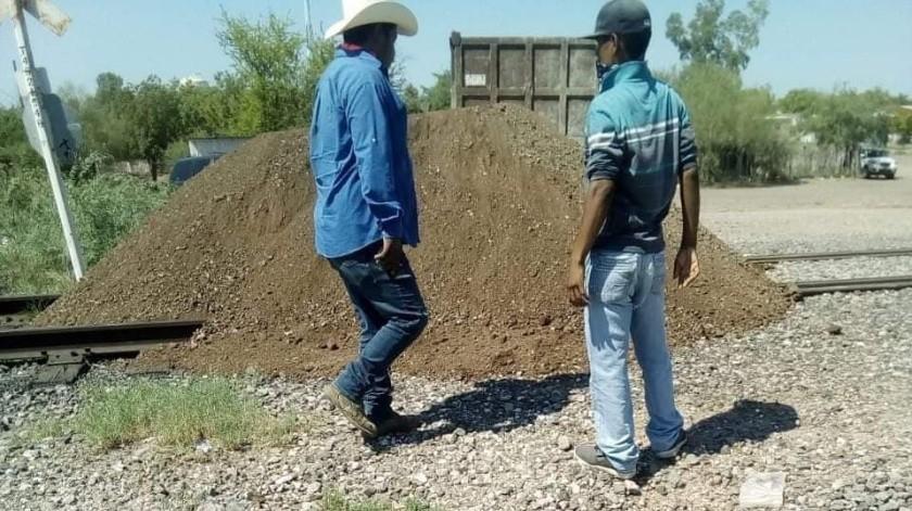 Yaquis bloquean vías del tren en Vícam(Cortesía)