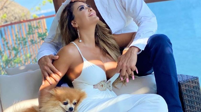 La cantante mexicana celebra 6 meses con su nueva pareja