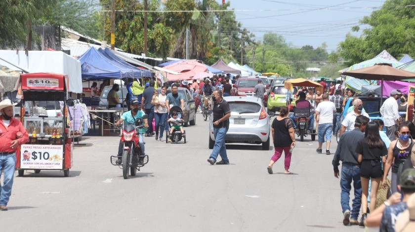 Bastante gente acudió el domingo al tianguis de Los Olivos; esta imagen se captó por la calle Coyote Iguana, en la colonia Los Olivos.(Teodoro Borbón)