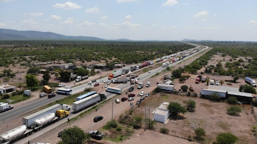 La fila de tráileres se extiende por más de 10 kilómetros en el carril de Sur a Norte y casi un kilómetro en el sentido de Norte a Sur.(Juan Hernández)