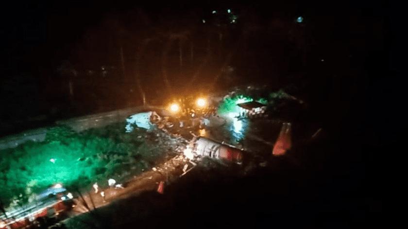 Una de las imágenes compartidas por Pradhan muestra al avión siniestrado y partido en dos, iluminado por potentes focos y mientras se acerca un camión de bomberos.