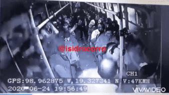 El video comenzó a circular a través de redes sociales e inmediato se hizo viral, tal como sucedió con las agresiones a un delincuente a bordo de una combi en el Edomex.