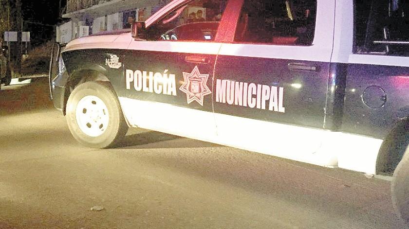 Policías municipales auxiliaron a la mujer y a sus tres hijos.(Banco Digital)