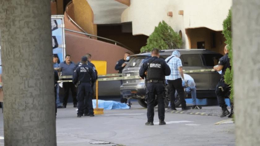 Hallan pistola y mil pastillas y fentanilo en escena del crimen en estacionamiento de hotel(Especial)