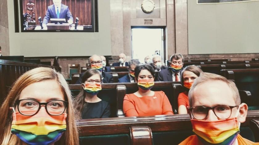 Parlamentariospolacos protestan con bandera LGBT durante toma de posesióndel presidenteAndrzej Duda(Twitter @MagdaBiejat)
