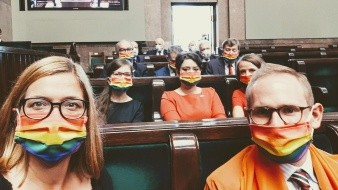 Parlamentariospolacos protestan con bandera LGBT durante toma de posesióndel presidenteAndrzej Duda