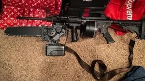 ¡Letal! Aseguran rifle con aditamento de motosierra