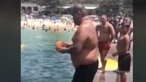 El hombre sorprende a la gente con una pelota