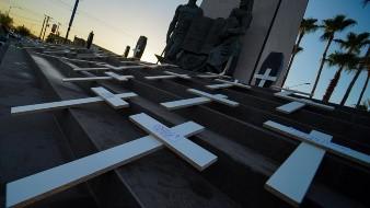 Hacen protesta contra AMLO en monumento