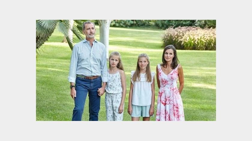 La Familia Real Española ha cambiado su forma de posar ante foto a un modo más amable y sencillo.