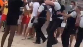 VIDEO: ¡Termina en batalla campal la evacuación de una playa en Bélgica!