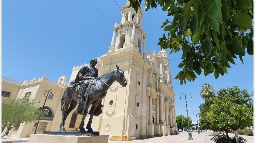 En primer plano se observa la estatua del padre Eusebio Francisco Kino y a la Catedral de Hermosillo.(Eleazar Escobar)