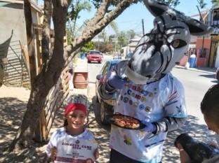 Los ganadores recibieron la visita sorpresa de El Zonkey, botarga oficial de Tijuana Zonkeys; él les entregó su certificado oficial de participación.