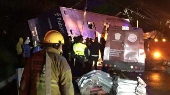 Reportan 10 muertos tras volcadura de autobús en la autopista México-Toluca