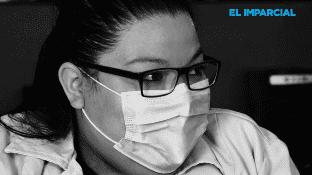 """La ligera baja en los contagios de Covid-19 en Mexicali, mantienen alerta los trabajadores de la salud. Ante un ligero respiro en la demanda de sus servicios, temen que arrecie la pandemia nuevamente, por ello la enferma Guillen cita la frase """"Cuídate que yo te cuidaré""""."""