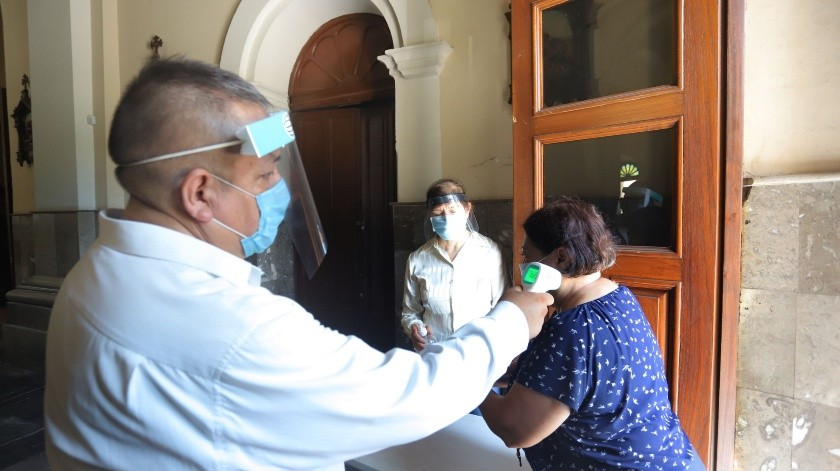 El día de ayer el secretario de Salud, Enrique Clausen, destacó que el cubrebocas debe tapar perfectamente nariz, boca y barbilla, pues si no se usa de una manera correcta, se disminuye su efectividad.