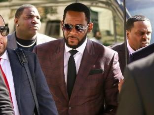 El cantante R&B R. Kelly llega a la Corte Penal de Leighton para una acusación formal por cargos de delitos sexuales en Chicago.