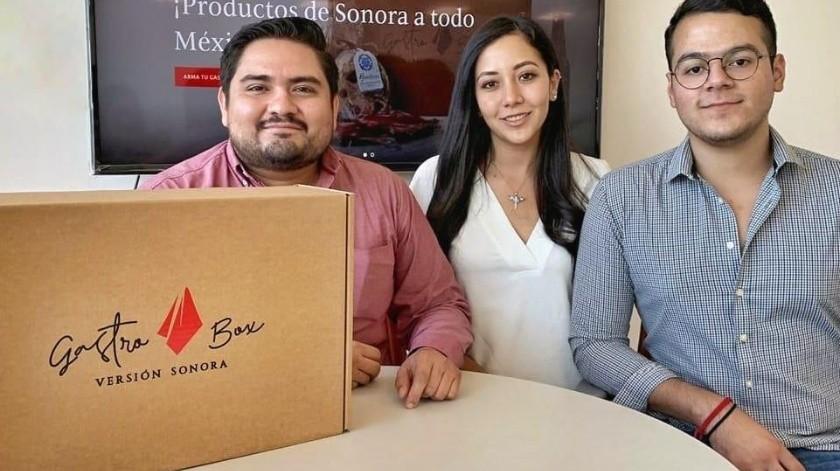 Martín Eduardo Landeros, Fermín Soto García y Leslie Valdez crearon Gastrobox, una caja con productos típicos de Sonora.(CORTESÍA)