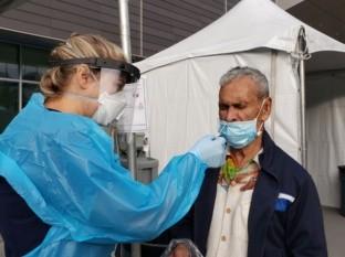 Alfredo Pérez de 95 años fue uno de los primeros en realizarse la prueba.