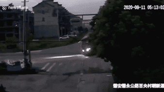 Chen saltó de su scooter para salvarse, pero su scooter quedó destruido.Chen saltó de su scooter para salvarse, pero su scooter quedó destruido.