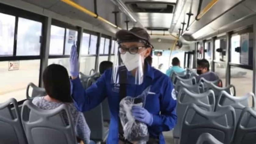 Por no usar cubrebocas, bajan a 22 usuarios de transporte público en Celaya(Captura de video)