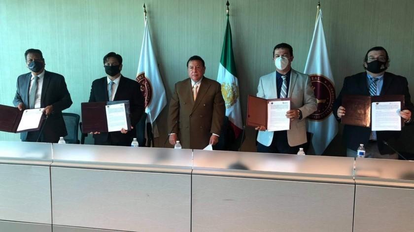 El Fiscal General y el Rector de la Universidad Xochicalco firmaron el convenio interinstitucional.
