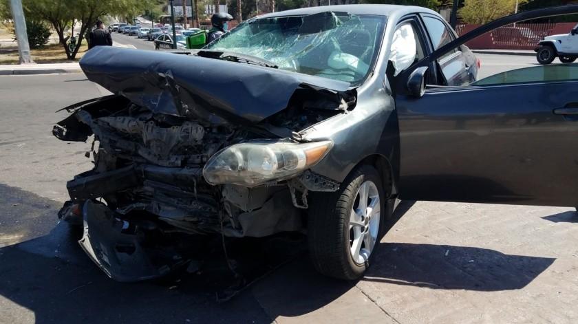 FOTOS: No respeta rojo y destroza auto en choque(Julián Ortega)
