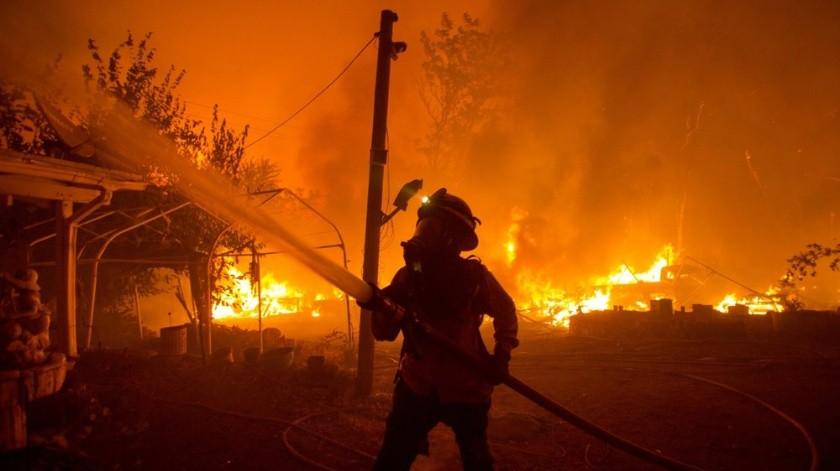"""Impresionante """"tornado de fuego"""" en California pone en predicamento a cuerpo de bomberos(AP)"""