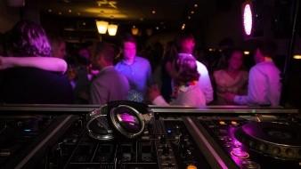 Italia cierra discotecas ante aumento de casos de Covid-19 entre los jóvenes