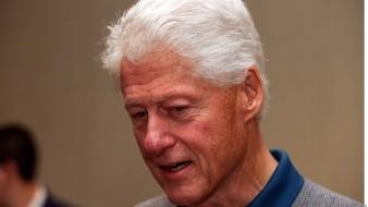 Revelan fotos de víctima de Epstein dando masaje a Bill Clinton