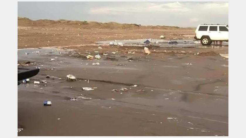 Bolsas de plástico, platos, envolturas de comida y latas de cerveza quedaron tiradas en la playa de Bácum el fin de semana.Cortesía(Especial)