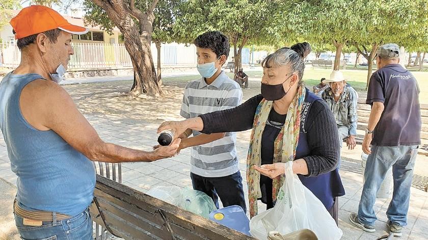 Doña Raquel Godina, residente de la colonia Solidaridad, llevó de nuevo desayuno a las personas en situación de calle en el Parque El Mundito, pero con las medidas para evitar probables contagios por Covid-19.(Julián Ortega)