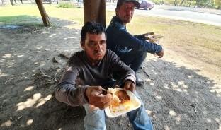 Raquel Godina es una hermosillense que, por iniciativa propia, prepara comida todos los martes y lleva alimento a los indigentes que deambulan por la plaza