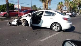 Mujer lesionada al dar vuelta en automóvil